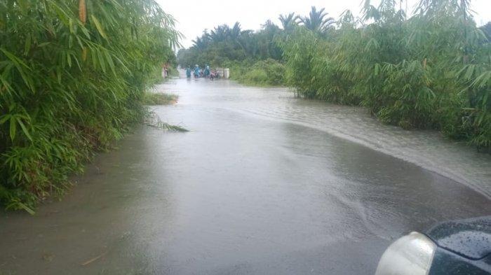 Ruas Jalan di Jembatan Jompong, Perbatasan Antara Desa Telak dan Kapit Tergenang Air