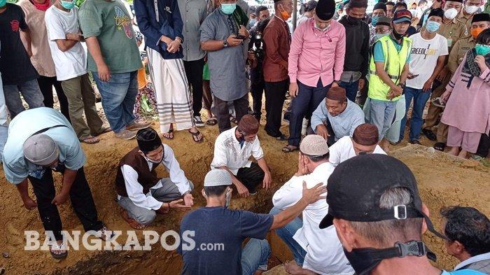 Suasana pemakaman Rosi Wahyuni dan Rizky Wahyudi, ibu dan anak korban jatuhnya pesawat Sriwijaya Air di TPU Jalan Mentok, Selasa (19/01/2021)