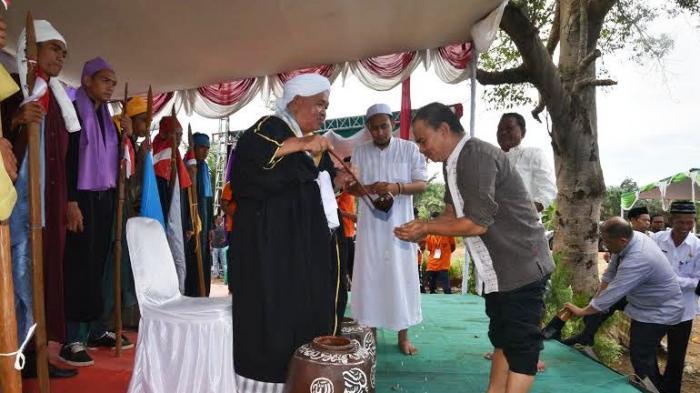 Masyarakat desa Kimak, kecamatan Merawang menggelar tradisi ritual adat Mandi Belimau, Rabu (1/6), di Lubuk Bunter.