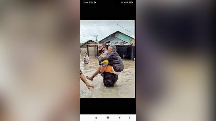 VIRAL Aksi Bripka Mangara Gendong Nenek saat Evakuasi Korban Banjir Tuai Pujian Warga