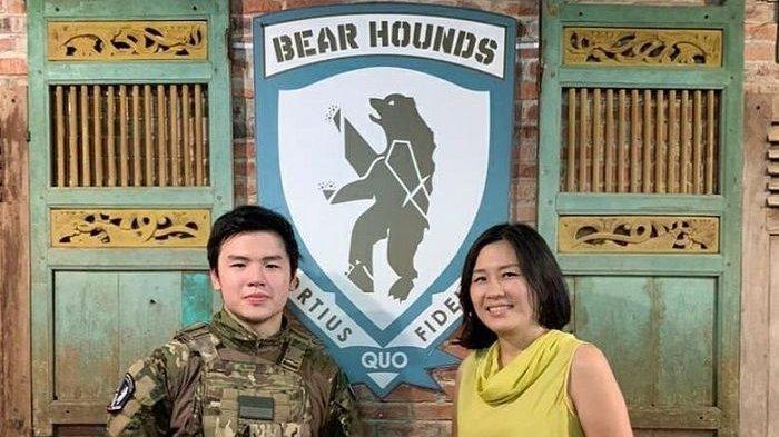 Mantan istri Ahok, Veronica Tan bersama sang putra Nicholas Sean di kafe miliknya