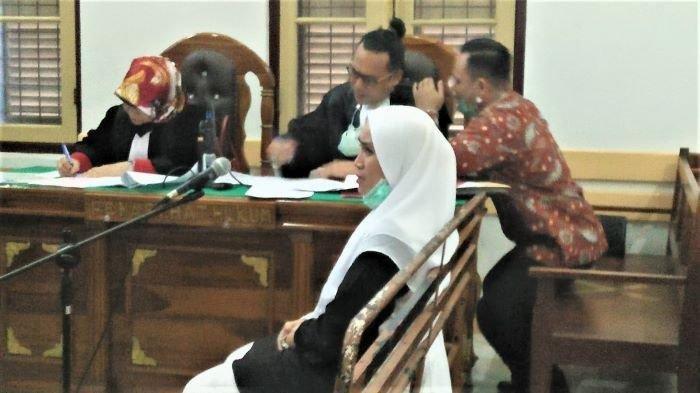 CLK, mantan pramugari yang digebuki suami oknum ASN BPN Sumut, HAB saat bersaksi di persidangan, Kamis (16/9/2021) malam.
