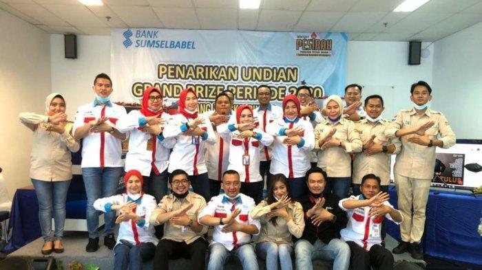 Para personil Bank Sumsel Babel cabang Pangkalpinang berfoto bersama setelah acara pengundian Grand Prize tabungan Pesirah di Bank Sumsel Babel, Senin (12/4)