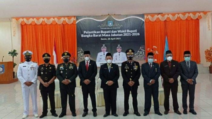 Deretan pejabat FORKOPIMDA Bangka Barat berfoto usai menyaksikan momen pelantikan Bupati dan Wakil Bupati Bangka Barat terpilih melalui tayangan Virtual, Senin (26/04/2021).