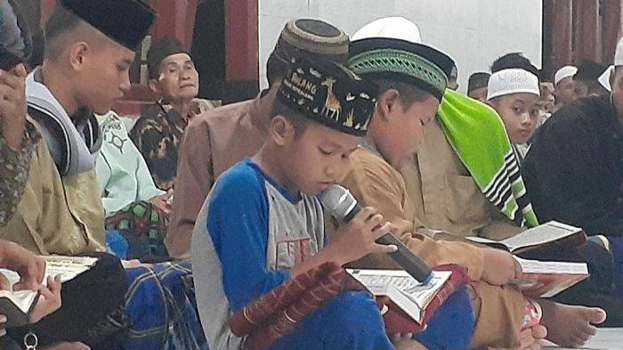 Para peserta khataman Al-Quran desa Simpang Yul, pada momen malam 27 Ramadhan 1442 Hijriyah