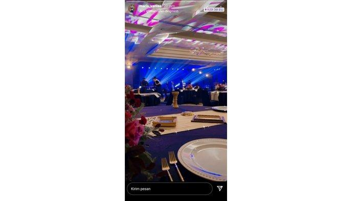 Maria Vania berada di ballroom hotel Bali