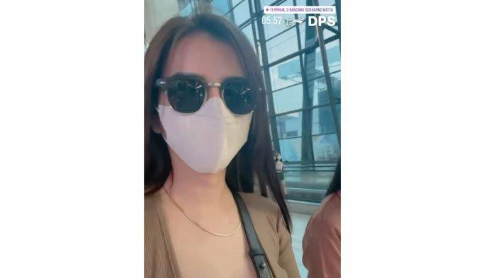 Maria Vania naik pesawat tujuan Bali