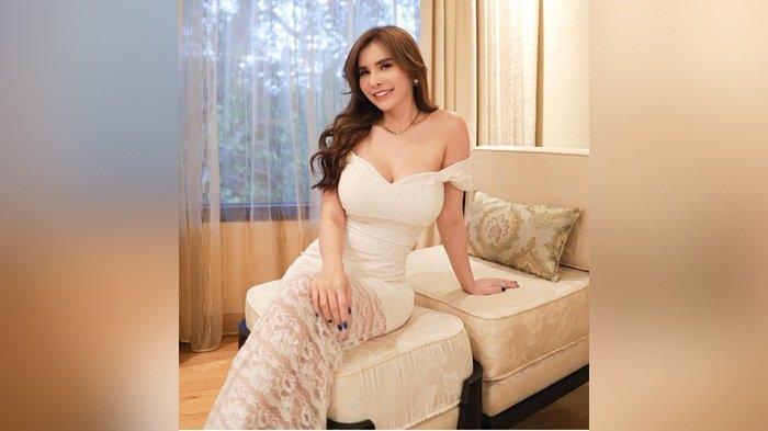 Maria Vania Ajak Main Sambil Pose Mermaid atau 'Putri Duyung' Pakai Bikini Biru di Pantai
