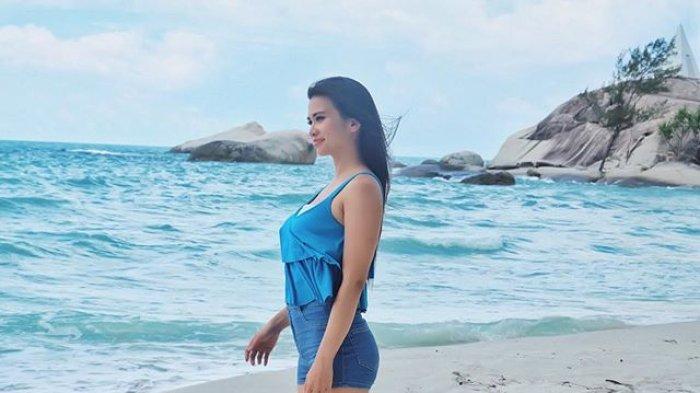 Maria Vania Pose Mermaid Pakai Bikini Biru di Pantai: Mau Main Bersamaku?