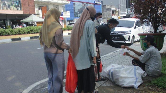 Peduli Sesama! Mahasiswa Prodi KPI IAIN SAS Bangka Belitung Berbagi Takjil dan Nasi Kotak Gratis