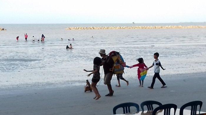 masyarakat-saat-berwisata-di-pantai-pasir-padi-pangkalpinang_20180619_202558.jpg
