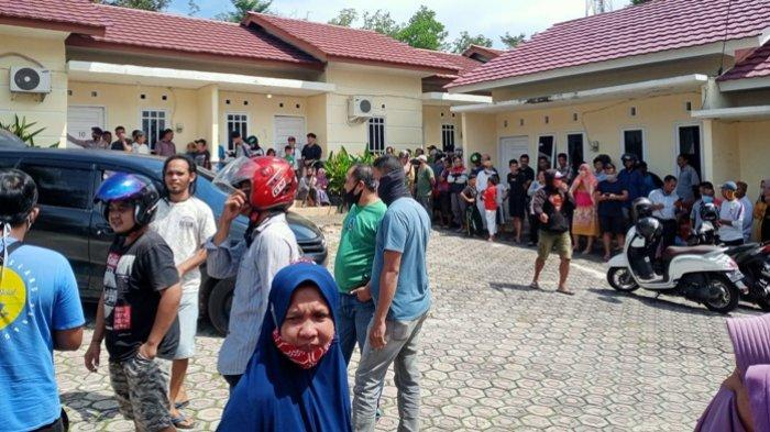 Warga ramai melihat penemuan mayat dalam karung di kawasan Penginapan Dewi Residen C, Kacangpedang, Pangkalpinang, Sabtu (14/11/2020).