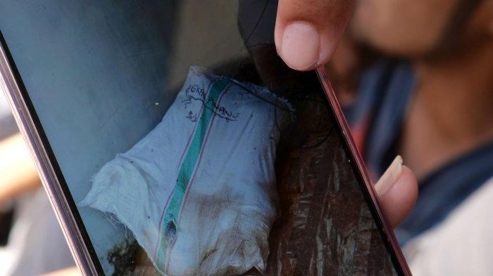 MAYAT DALAM KARUNG - Warga menunjukan foto mayat dalam karung yang ditemukan di Penginapan Dewi Residence 2, Kacang Pedang, Kota Pangkalpinang, Sabtu (14/11/2020). Polres Pangkalpinang menyebutkan dugaan sementara mayat tersebut berkelamin perempuan. (bangkapos.com/Resha Juhari)