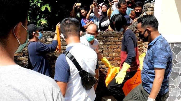 Anggota kepolisian Polres Pangkalpinang membawa mayat dalam karung yang ditemukan di Penginapan Dewi Residence 2, Kacang Pedang, Kota Pangkalpinang, Sabtu (14/11/2020). Polres Pangkalpinang menyebutkan dugaan sementara mayat tersebut berkelamin perempuan.