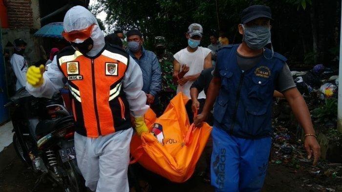 Petugas membawa jasad korban ke RSU dr Soekardjo,Kota Tasikmalaya, Rabu (17/2/2021).