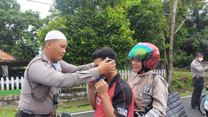 Polres Bangka Barat dan Polsek Tempilang Bagi-Bagi Masker Kepada Masyarakat dan Pengendara