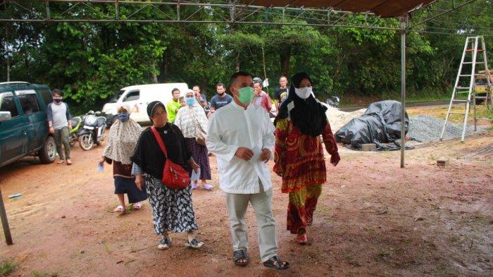 Pilkada Bangka Barat: Badri Syamsu dan Keluarga Nyoblos di TPS Kelapa