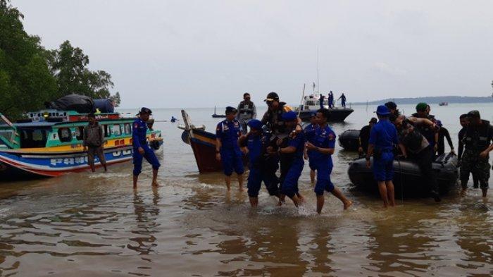 Tak Punya Pelabuhan, Kapolda Bangka Belitung Digendong Tiba di Pulau Nangka