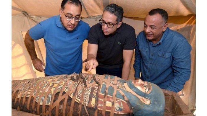Sederet Foto Peti Mati Kuno dan Patung Kayu Berlapis Emas yang Ditemukan Arkeolog Mesir