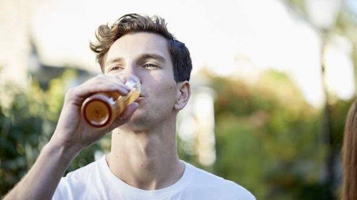 Ini Efek Buruk pada Tubuh Kita Jika Sering Minum Sambil Berdiri