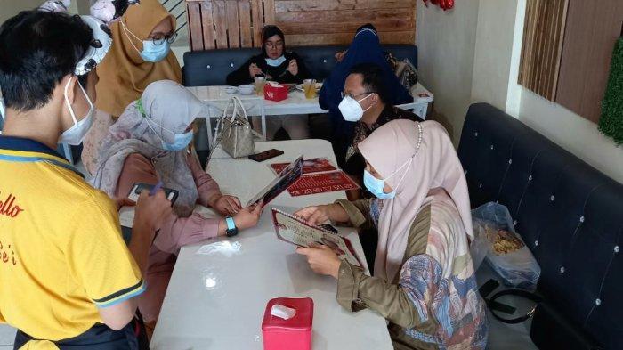 Pengunjung saat makan di Resto Mo Se'i Pangkalpinang