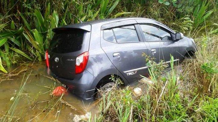 Stir Terasa Nyangkut, Mobil Agya Ini Masuk Jurang di Tikungan Tajam