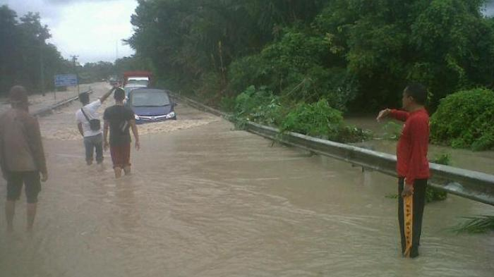 mobil-melawan-arus-banjir_20160208_124303.jpg
