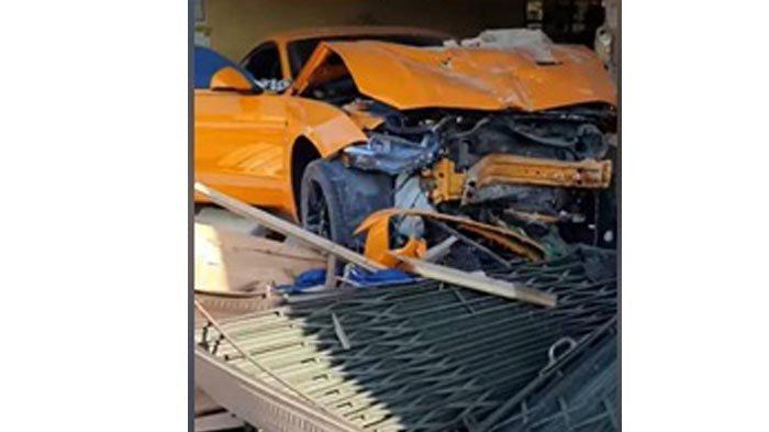 Kecelakaan lalu lintas tunggal dialami mobil mewah Ford Mustang warna Oranye B 828 JJH mengalami ringsek di bagian depan karena tergelincir gara-gara pasir lalu menabrak warung bakmie di Jalan Raya Kuday tepatnya di depan toko Cat Nippon Kecamatan Sungailiat Kabupaten Bangka, Kamis (12/11/2020) sore.