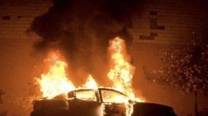 Tragis Wanita Ini Dilecehkan dan Mobilnya Dibakar Sekelompok Pemuda Usai Mengemudi Sendiri