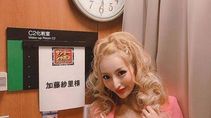 Model Jepang Kato Sari menggugat cerai suaminya yang jatuh miskin