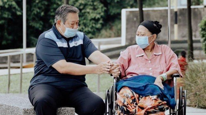 Momen Perlakuan Romantis SBY pada Sang Istri Ani Yudhoyono saat Diizinkan Keluar dari Kamar Inap