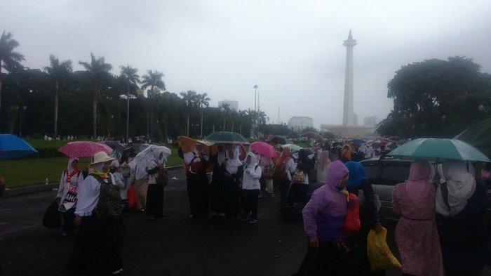 Peserta Aksi Damai Diguyur Hujan Deras