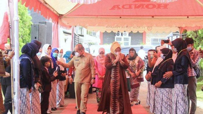 Monica Haprinda bersama suaminya Maulan Aklil yang menjabat sebagai Wali Kota Pangkalpinang saat menghadiri acara