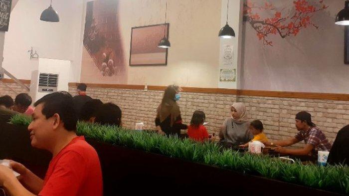 Suasana makan dan papan memilih menu di Mosh