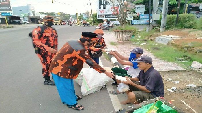 MPC Pemuda Pancasila Pangkalpinang Bersama Poltracking dan Warjo Bagi Ratusan Nasi Kotak dan Takjil