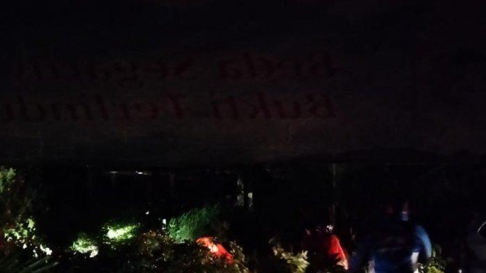 Evakuasi motor yang tertimpa dahan pohon oleh BPBD, Senin (5/4/2021) malam.