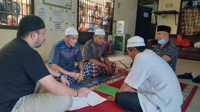 Dua Tahanan Polres Pangkalpinang Menjadi Mualaf , Tersentuh Melihat Orang Salat dan Mendengar Ngaji