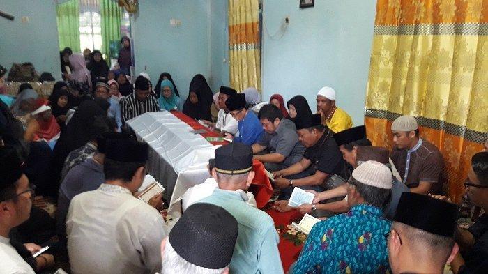 Tangis Keluarga Menyeruak, Sambut Mobil Ambulans Pembawa Jenazah Ahmad Mughni
