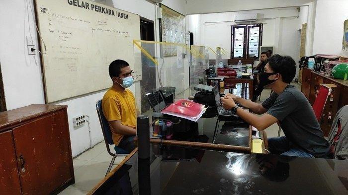 Muhammad Reza Sitio pelaku yang meludahi petugas PLN di Medan hanya bisa tertunduk lesu di hadapan aparat kepolisian Polsek Medan Kota, Sabtu (31/7/2021)