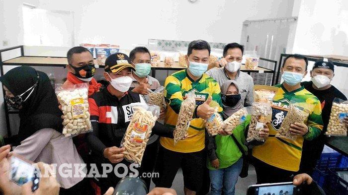 Bupati Bangka Mulkan, Sabtu (6/2/2021) resmikan rumah produksi unit pengolahan ikan di seputaran Lingkungan Jelutung, Kecamatan Sungailiat