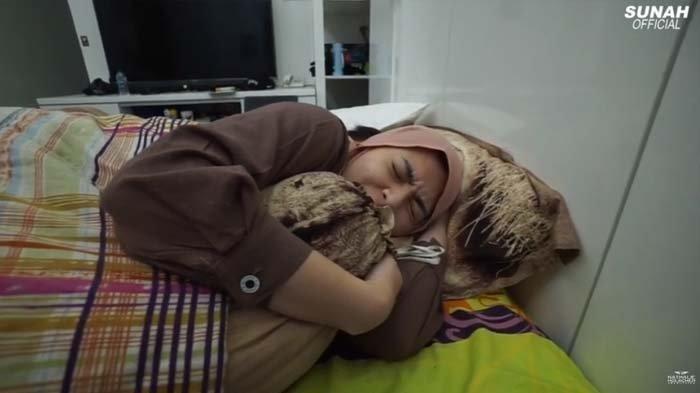 Nathalie Holscher terbaring lemas di kasur karena sakit
