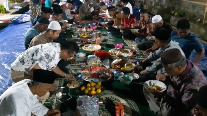 Rayakan HUT Kemerdeka Republik Indonesia Ke-74, Warga Kampung Jawa Gelar Tradisi Nganggung