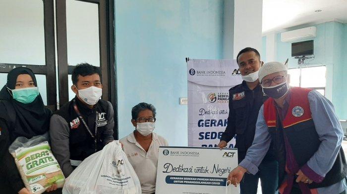 ACT MRI Bangka Belitung Bersama Bupati Bangka Tengah Bagikan 100 Paket Sembako