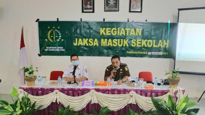 Kasi Penkum Kejati Kepulauan Bangka Belitung, Basuki Raharjo saat menjadi pemateri dalam program Jaksa Masuk Sekolah