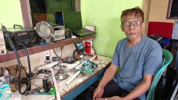 Norwan pemilik service elektronik di Kelurahan Lesung Batang, Tanjungpandan Belitung, Senjn (19/4/2021)