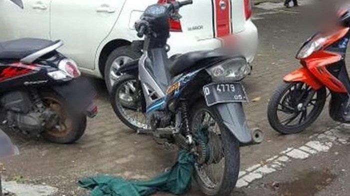 Perempuan Mendadak Terjungkal di Aspal, Rok Nyangkut di Gir Motor