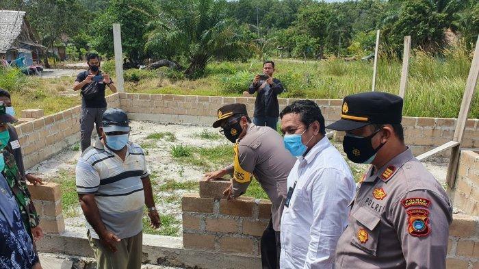 Seremoni peletakan batako oleh Kapolres Bangka Barat, dalam rangka kelanjutan pembangunan Mushola Al-Ikhlas desa Belo Laut Bangka Barat bantuan PT Timah Tbk