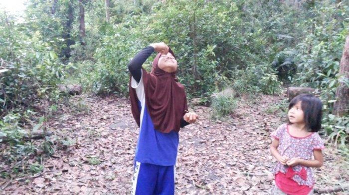 VIDEO:  Unik, Gadis Ini Bila Sakit Bukannya ke Dokter, Malah Pergi ke Hutan untuk Mencari Obat