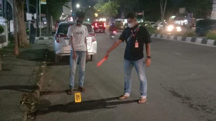 Personel Polres Cirebon Kota saat melakukan olah TKP penembakan remaja oleh orang tidak dikenal di Jalan Cipto Mangunkusumo, Kecamatan Kesambi, Kota Cirebon, Selasa (9/3/2021) dinihari.
