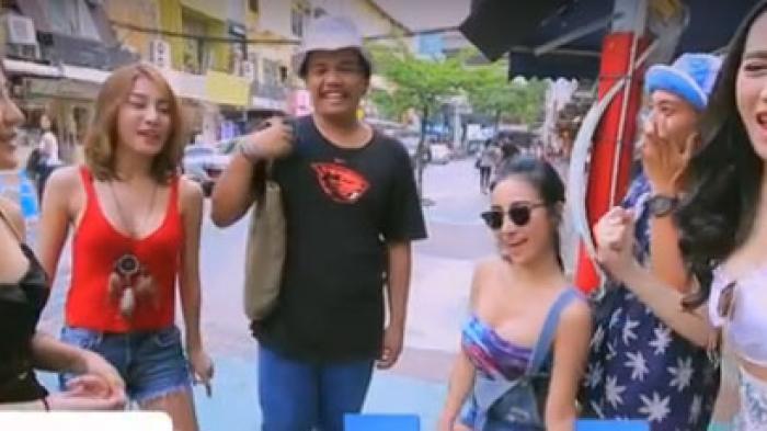 Gadis-gadis Seksi Keliling Mall Merayu Pria Onani di Depan Umum